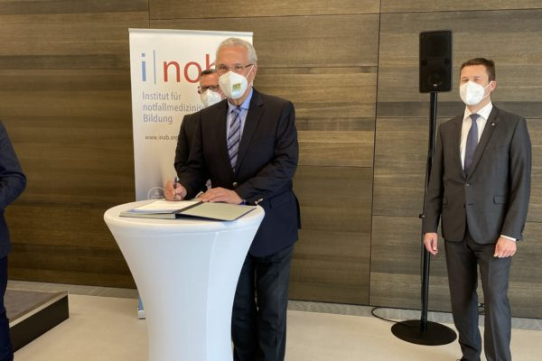 Unterzeichnung der Gründungsurkunde durch Herrn Staatsminister Joachim Herrmann