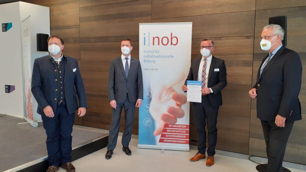 v.l.n.r.: Oliver Riedel (Pflegedirektor Klinikum Fürth / Geschäftsführer INOB), Landrat Matthias Dießl, Klaus Meyer (Vorsitzender AGNF / Geschäftsführer INOB) und Staatsminister Joachim Herrmann
